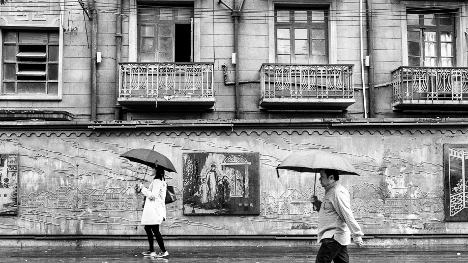 Jamie Chan, Leica, Shanghai, rain, umbrella, walking, Black and white, monochrome
